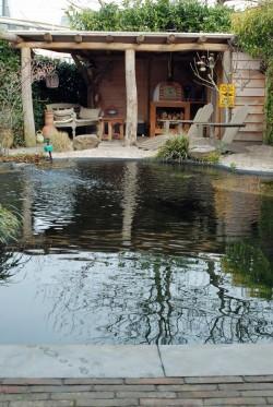 Ecologische zwemvijver annex natuurbad in Amersfoortse stadstuin, aangelegd door Van Amerongen Boomverzorgers en Hoveniers in Maarsbergen, Utrechtse Heuvelrug