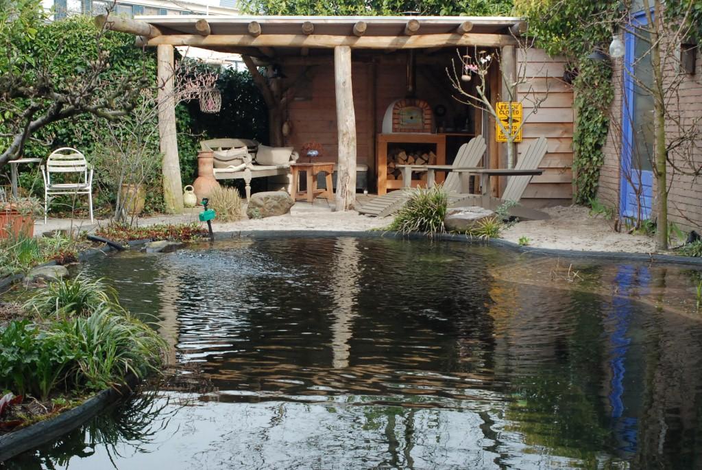 Zwemvijver (natuurlijk zwembad) in stadstuin, aangelegd door Van Amerongen Hoveniers, Utrechtse Heuvelrug